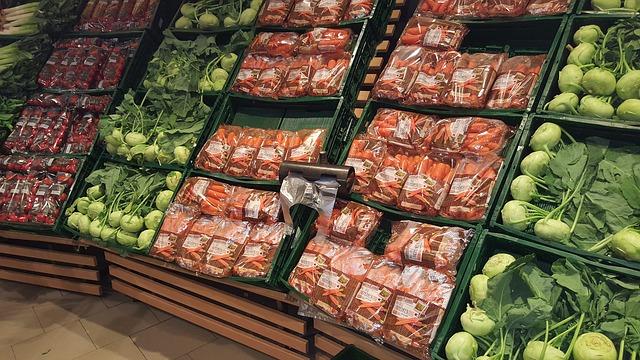 Stand de légumes de supermarché suremballage