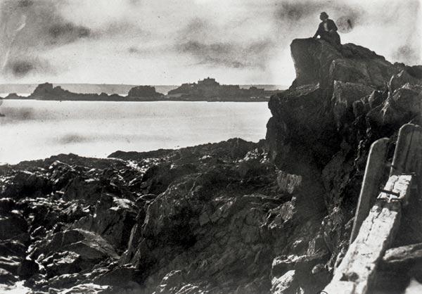 Victor Hugo à Jersey sur le rocher dit «des proscrits», photographié par Charles Hugo en 1853 - Histoire - 1re - SchoolMouv