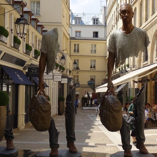 Voyageur déchiré, Bruno Catalano, Cité Berryer (rue Royale) Paris. Photographie de ©Jeanne Menjoulet