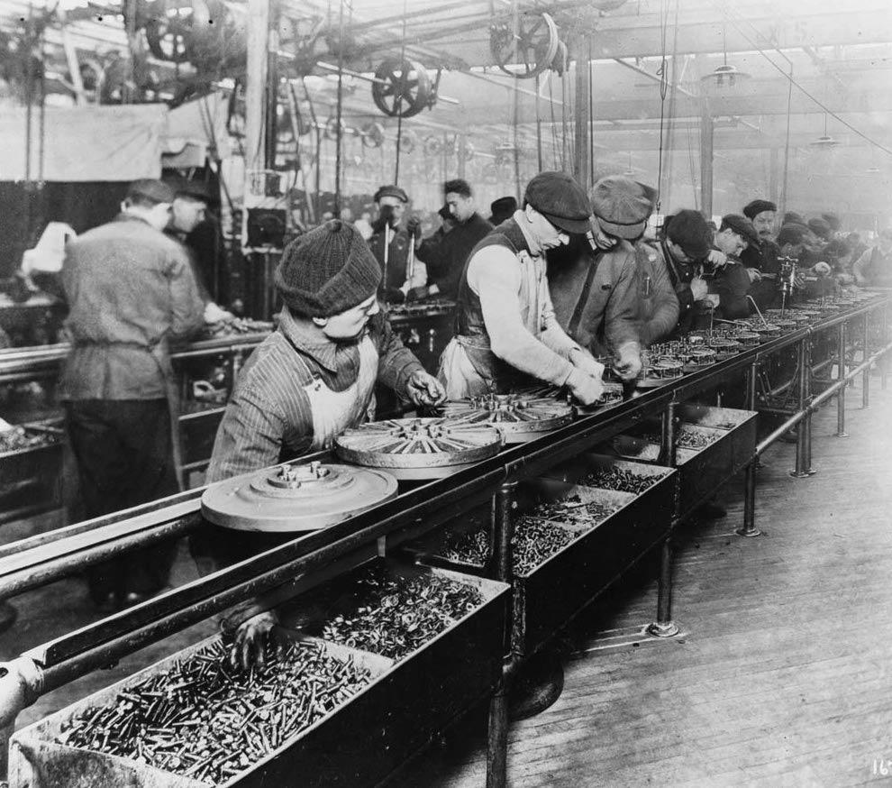 Un tapis roulant d'une usine Ford - Histoire - terminale - SchoolMouv
