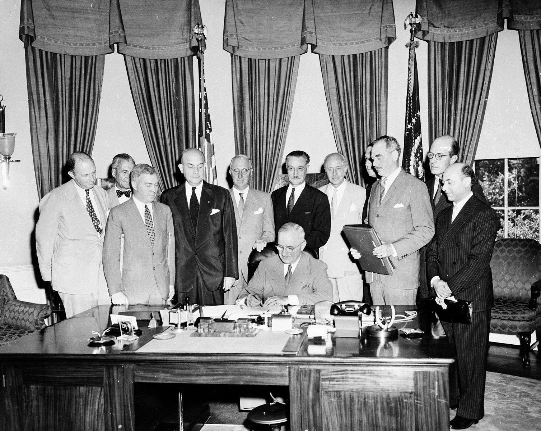 La France, représentée par Henri Bonnet fait partie des membres fondateurs de l'OTAN en 1949 - SchoolMouv - Histoire -Terminale