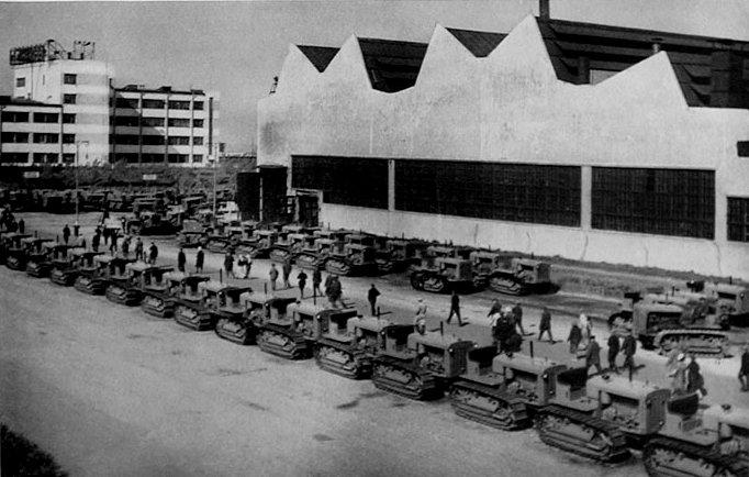 Une usine de tracteurs soviétiques dans les années 1930