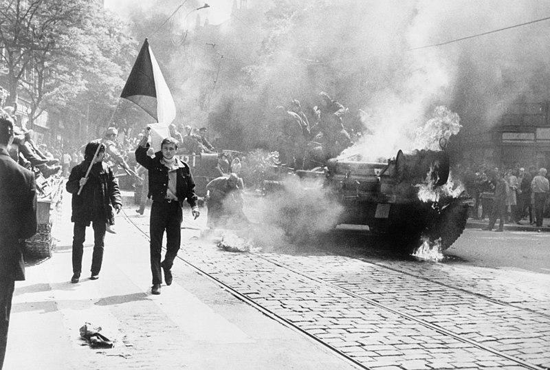 Photo prise durant l'invasion soviétique à Prague - SchoolMouv - Histoire - terminale