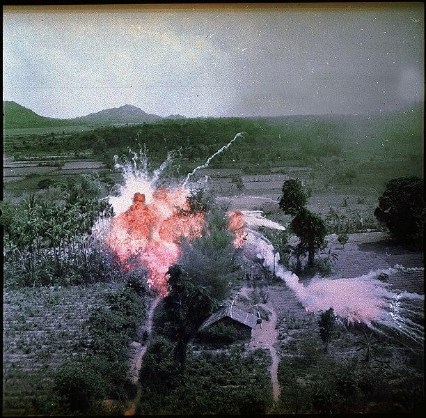 Explosion d'une bombe au napalm au sud de Hanoï en 1965 - SchoolMouv - Histoire - terminale