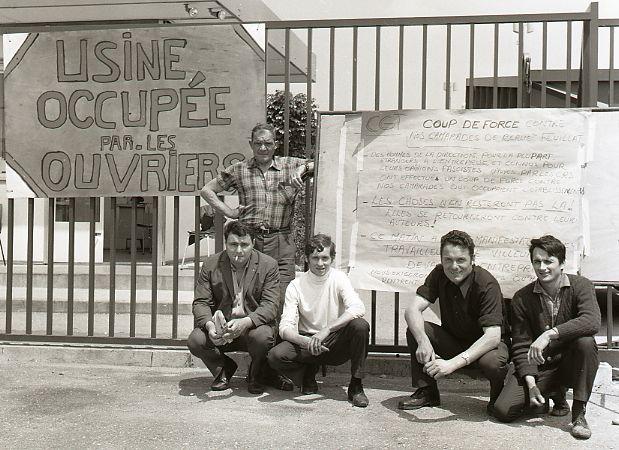 Des ouvriers français devant leur usine en grève, 2 juin 1968 - SchoolMouv - Histoire - terminale