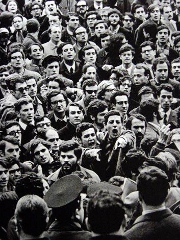 Manifestation étudiante devant la faculté des lettres de Rome, en février 1968 - SchoolMouv - Histoire - terminale