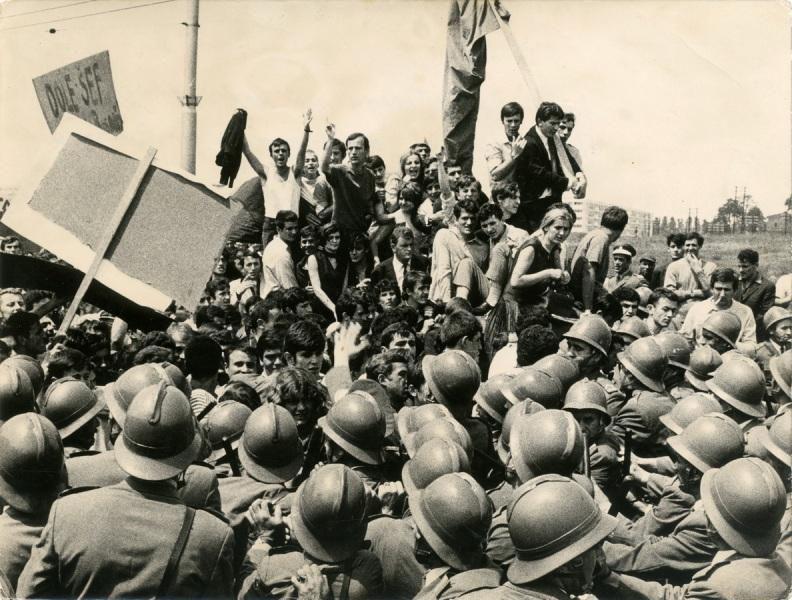 Une manifestation étudiante à Belgrade en1968 - SchoolMouv - Histoire - terminale