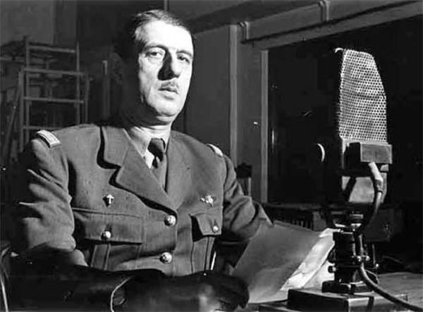Photo de Charles de Gaulle au micro de la BBC, issue d'une série de photos prises entre1940 et1943 - Histoire - terminale - SchoolMouv